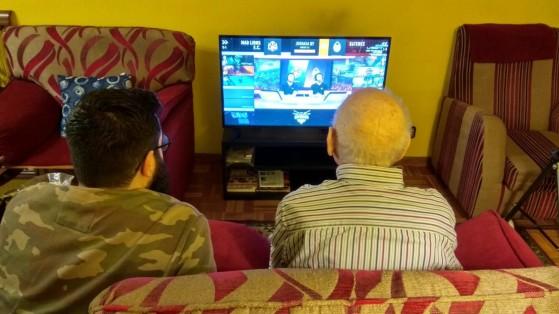 LoL: Así acabé pegado al sofá con mi abuelo de 93 años viendo una partida