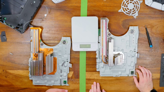 La PS5 CFI-1000 a la izquierda y la PS5 CFI-1100 a la derecha (a través de Austin Evans en YouTube). - Millenium